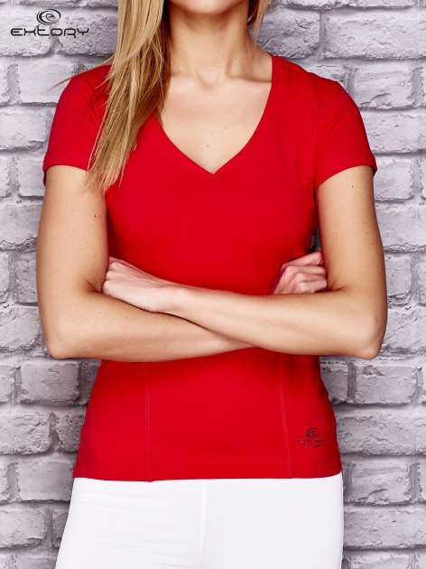 Czerwony damski t-shirt sportowy z modelującymi przeszyciami                                  zdj.                                  1