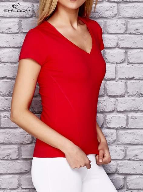 Czerwony damski t shirt sportowy z modelującymi przeszyciami