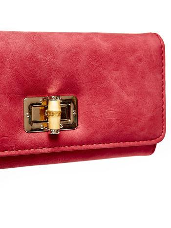 Czerwony fakturowany portfel ze stylizowanym zapięciem                                   zdj.                                  6