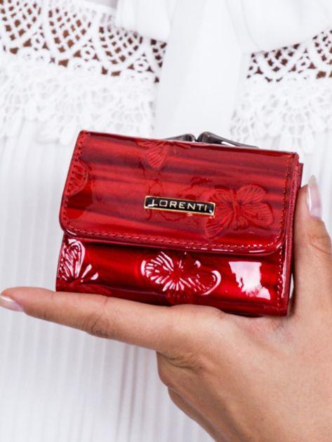 Czerwony lakierowany portfel w motyle                              zdj.                              1