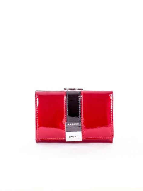 Czerwony lakierowany portfel z ozdobnym zapięciem