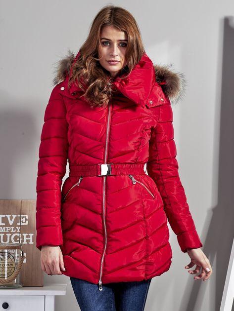 Czerwony pikowany płaszcz damski z futrzanym kołnierzem                              zdj.                              6