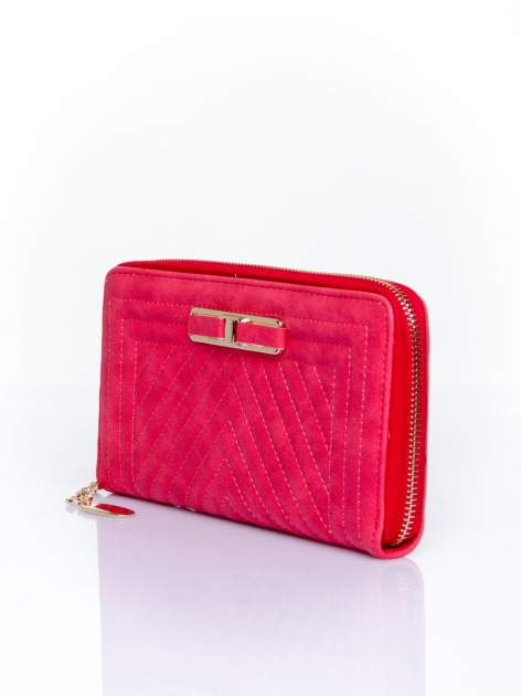 Czerwony pikowany portfel z ozdobną klamerką                                  zdj.                                  3