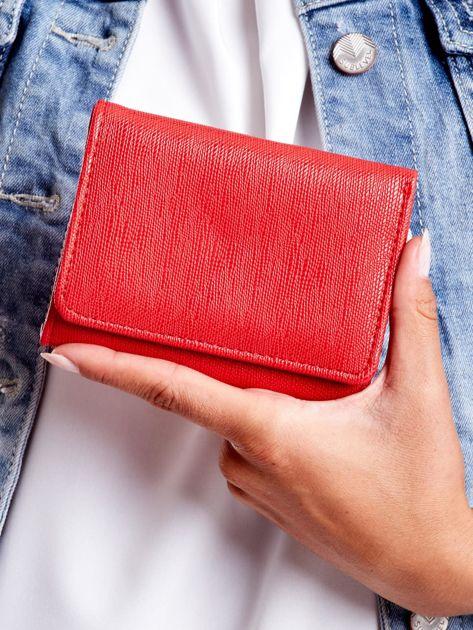 Czerwony portfel damski zapinany na zatrzask