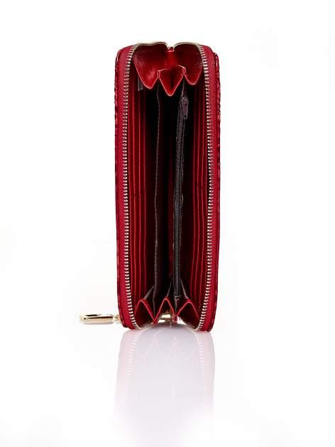 Czerwony portfel kopertówka z motywem skóry krokodyla                                  zdj.                                  3