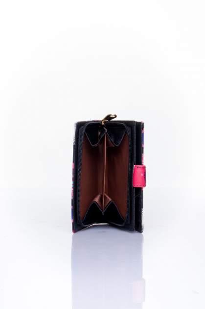 Czerwony portfel w graficzne wzory                                  zdj.                                  5