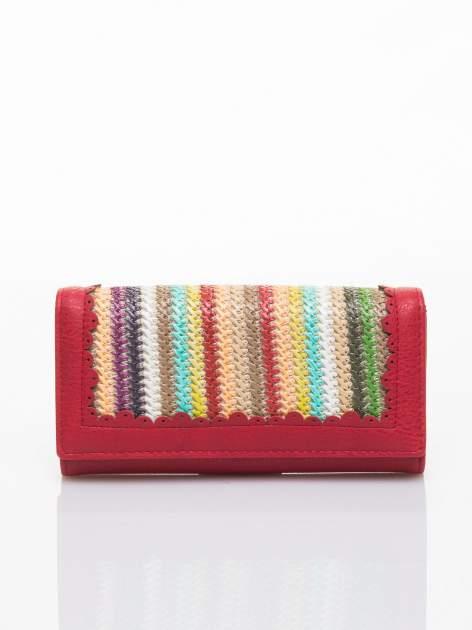 Czerwony portfel z ażurowaniem i plecionką