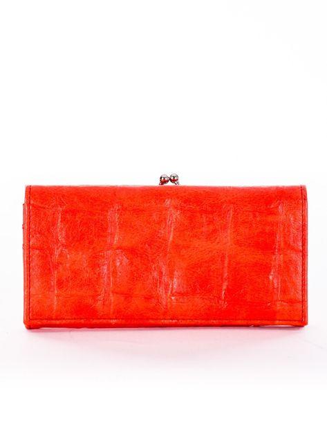 Czerwony portfel z motywem skóry krokodyla