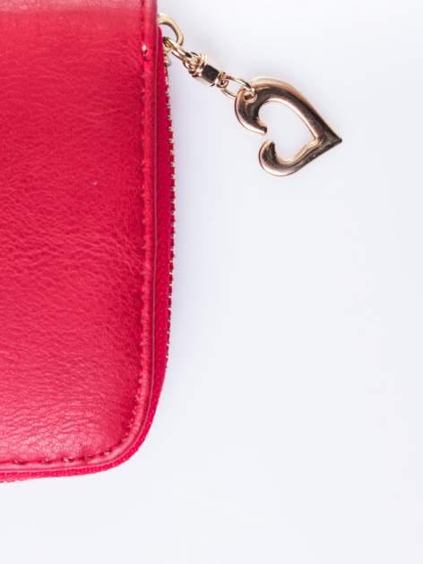 Czerwony portfel ze złotym logo i uchwytem                                  zdj.                                  4