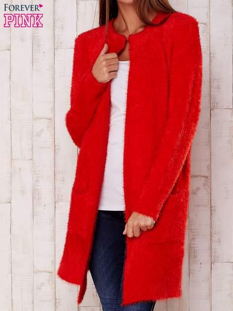 Czerwony puszysty sweter z otwartym dekoltem