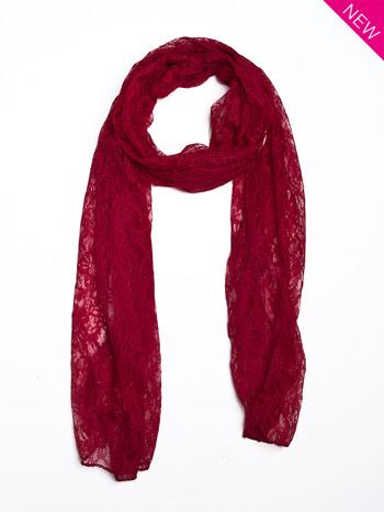 Czerwony szal koronkowy