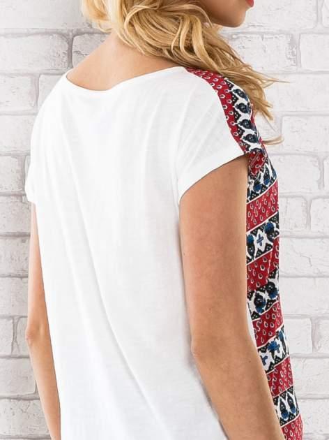 Czerwony t-shirt damski z etnicznym motywem                                  zdj.                                  6