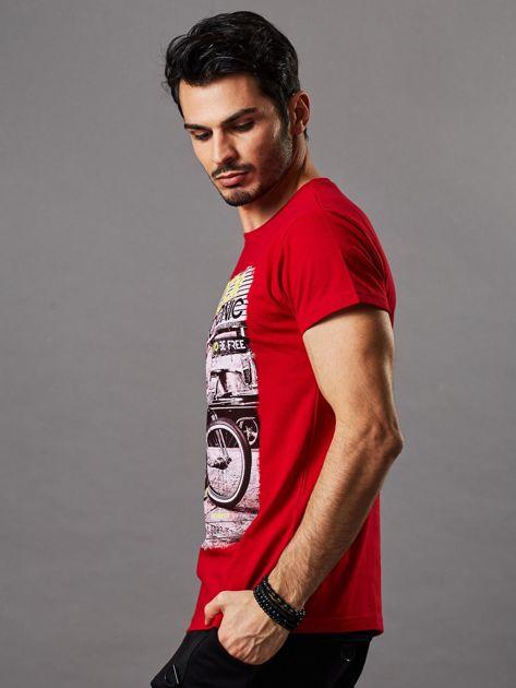 Czerwony t-shirt męski z motocyklem                              zdj.                              3