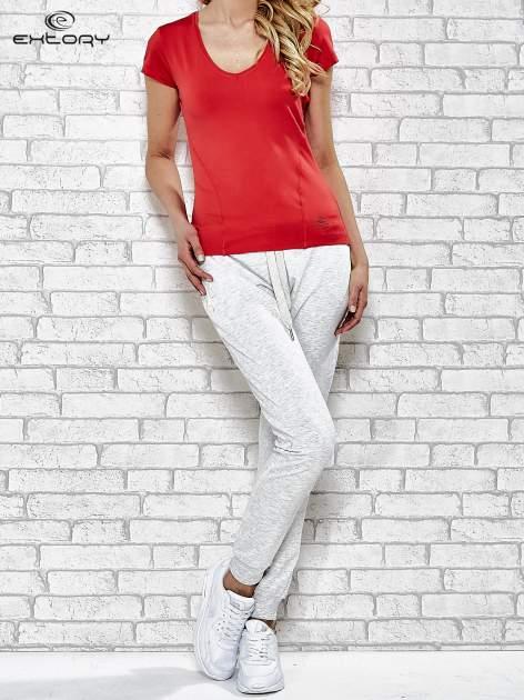 Czerwony t-shirt sportowy z dekoltem w lekkie V                                  zdj.                                  4