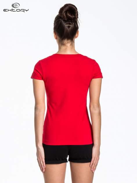 Czerwony t-shirt sportowy z kieszonką i ozdobnym dekoltem                                  zdj.                                  3