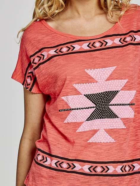 Czerwony t-shirt we wzory azteckie z dżetami                                  zdj.                                  5