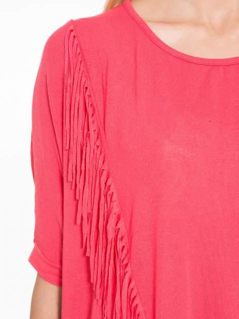 Czerwony t-shirt z frędzlami i siateczkowym tyłem                                  zdj.                                  9