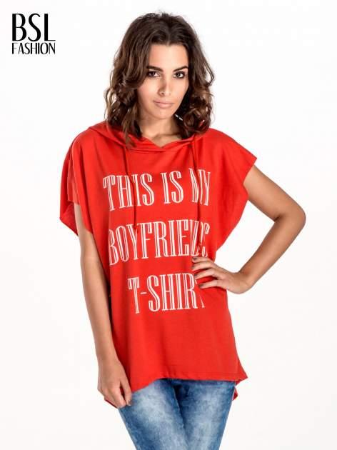 Czerwony t-shirt z kapturem w stylu boyfriend                                  zdj.                                  1