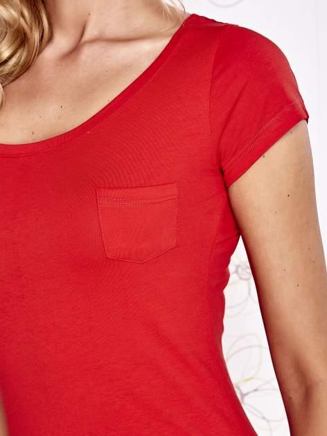 Czerwony t-shirt z kieszonką i koronkowym tyłem                                  zdj.                                  5