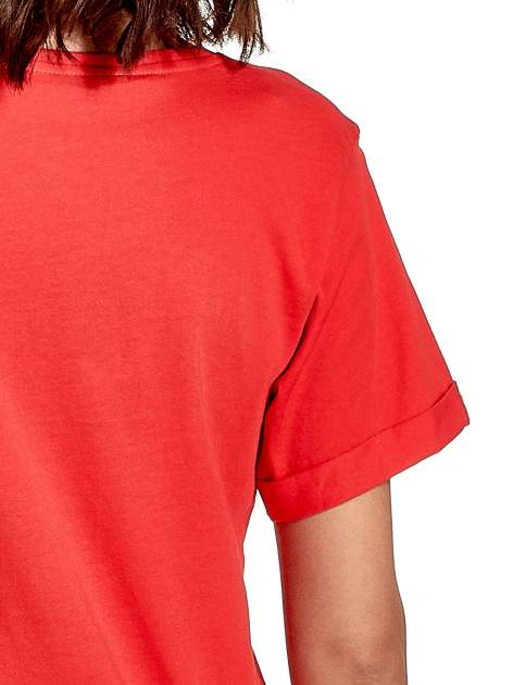 Czerwony t-shirt z modowym napisem CÉLINE PARIS                                  zdj.                                  6