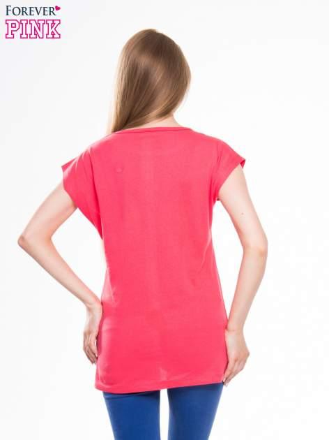 Czerwony t-shirt z nadrukiem kobiety w stylu fashion                                  zdj.                                  3