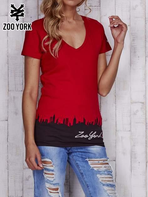Czerwony t-shirt z nadrukiem miasta