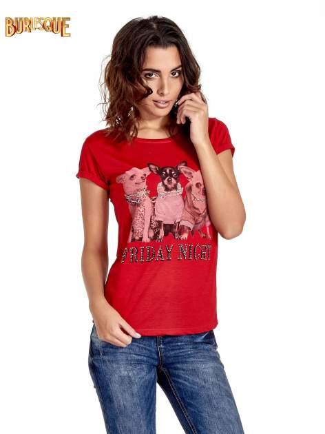 Czerwony t-shirt z nadrukiem szczeniąt