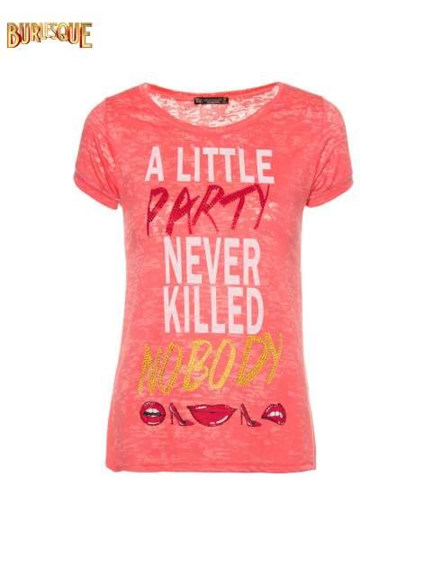 Czerwony t-shirt z napisem A LITTLE PARTY NEVER KILLED NOBODY                                  zdj.                                  8
