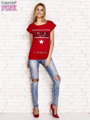 Czerwony t-shirt z napisem OUTSIDER                                  zdj.                                  4