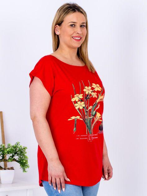 Czerwony t-shirt z żonkilami PLUS SIZE                              zdj.                              5