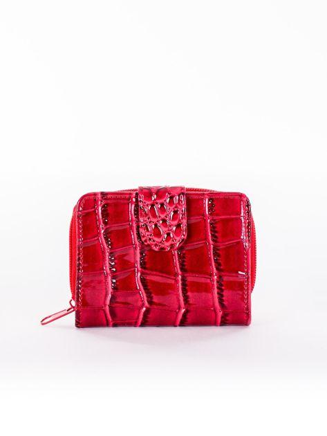 Czerwony tłoczony portfel z motywem skóry krokodyla