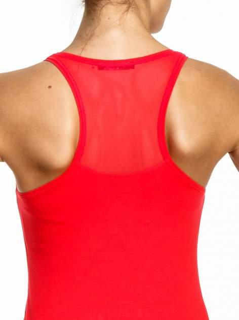 Czerwony top sportowy z logo z dżetów                                  zdj.                                  5
