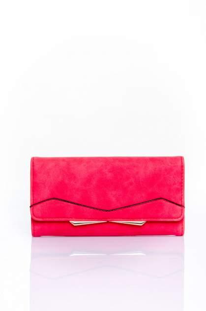 Czerwony zamszowy portfel z geometrycznym motywem