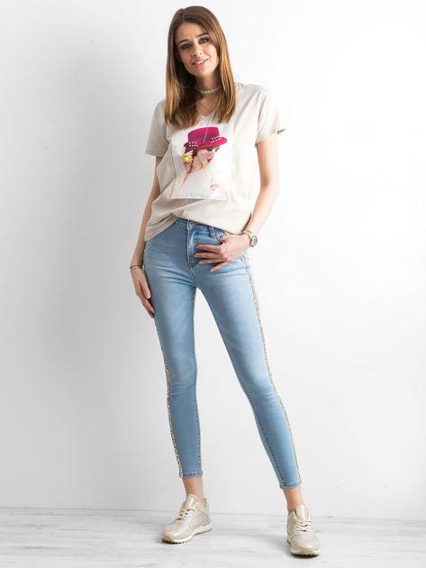 Damski beżowy t-shirt z aplikacją                              zdj.                              4