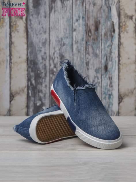 Denimowe buty slipon z postrzępioną cholewką                                  zdj.                                  4