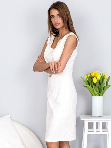 Dopasowana ecru sukienka z kwiatową fakturą                              zdj.                              3