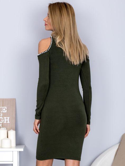 Dopasowana sukienka cut out z perełkami khaki                              zdj.                              2