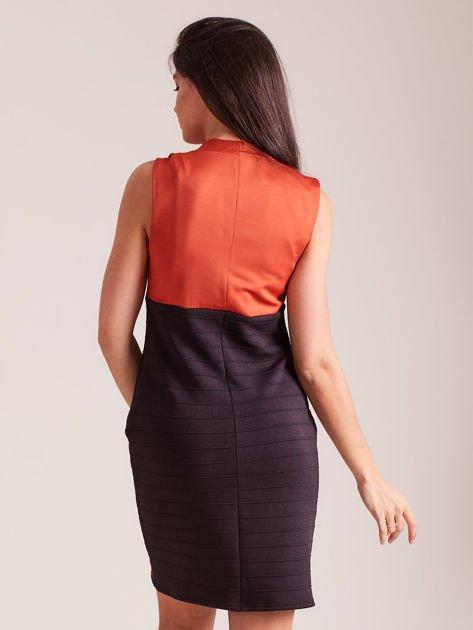 Dopasowana sukienka koktajlowa z dekoltem wodą pomarańczowo-czarna                              zdj.                              3