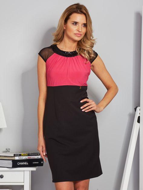 Dopasowana sukienka koktajlowa z szarfą czarno-różowa                                  zdj.                                  1