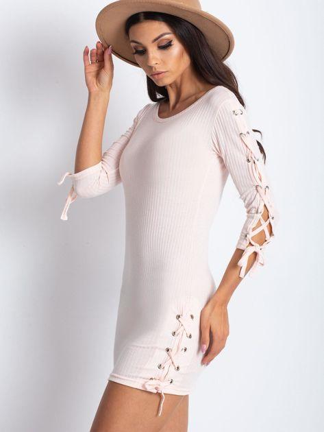Dopasowana sukienka lace up w szeroki prążek jasnoróżowa                              zdj.                              3