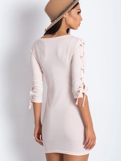 Dopasowana sukienka lace up w szeroki prążek jasnoróżowa                              zdj.                              5