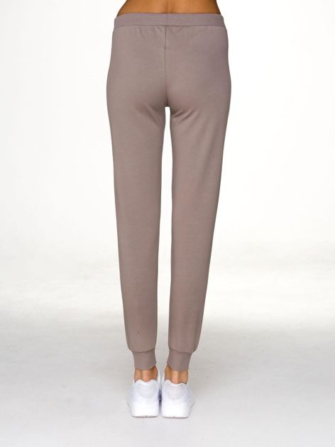 Dresowe spodnie z napisem LONDON kawowe