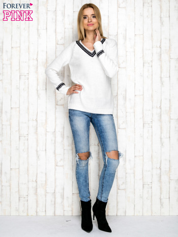 Dzianinowy sweter z dekoltem w serek ecru                              zdj.                              4