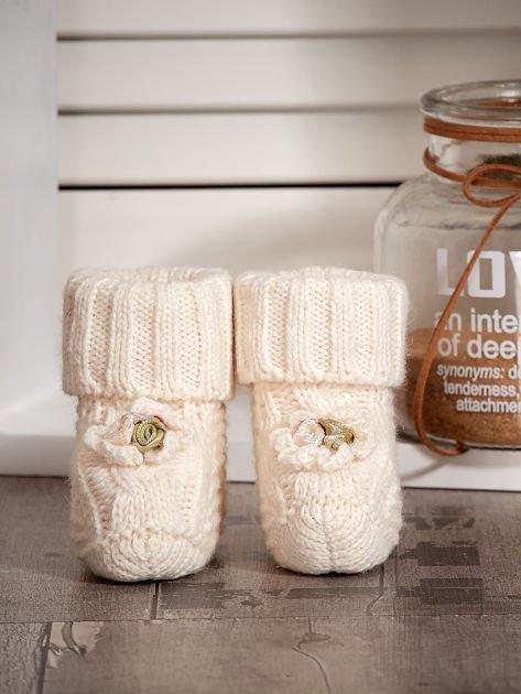 Dziergane buciki dziewczęce z kwiatuszkami ecru                              zdj.                              1