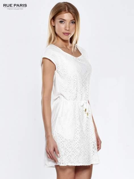 Ecru ażurowa sukienka z podkreśloną talią                                  zdj.                                  3