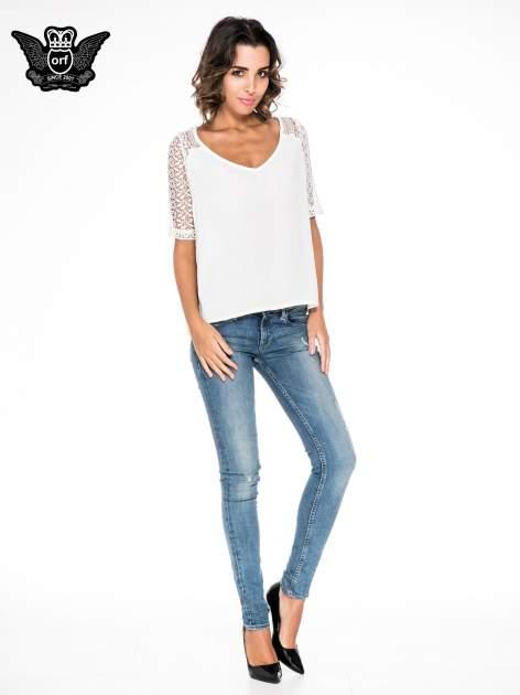 Ecru bluzka koszulowa z koronkowymi rękawami                                  zdj.                                  2