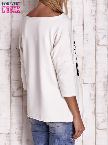 Ecru bluzka oversize z nadrukiem i surowym wykończeniem                                  zdj.                                  4