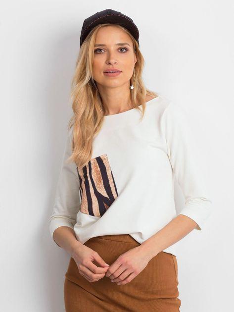 Ecru damska bluzka z kieszonką                              zdj.                              1