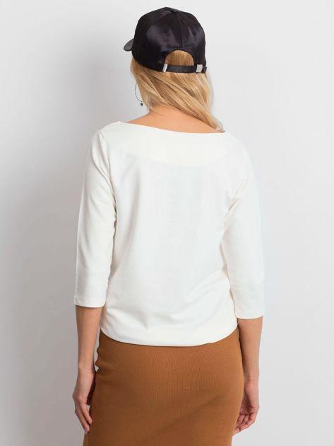 Ecru damska bluzka z kieszonką                              zdj.                              2