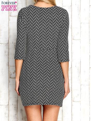 Ecru fakturowana sukienka z motywami geometrycznymi                                  zdj.                                  4